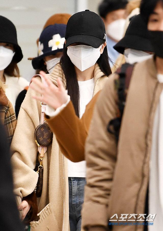 Knet xua đuổi vì Mina (TWICE) cố tỏ ra tiều tụy, Jihyo - Jungyeon nắm chặt tay bảo vệ 2