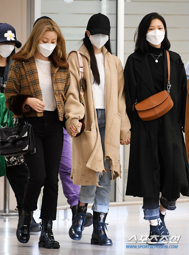 Knet xua đuổi vì Mina (TWICE) cố tỏ ra tiều tụy, Jihyo - Jungyeon nắm chặt tay bảo vệ 6