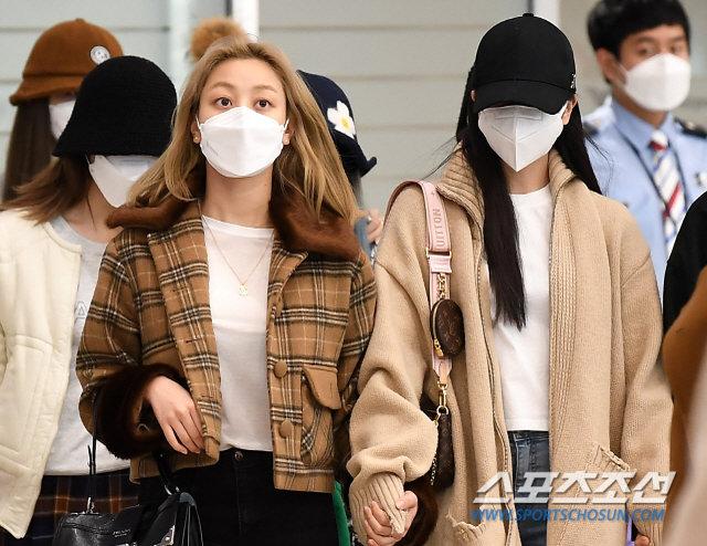 Knet xua đuổi vì Mina (TWICE) cố tỏ ra tiều tụy, Jihyo - Jungyeon nắm chặt tay bảo vệ 3