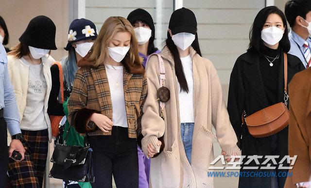 Knet xua đuổi vì Mina (TWICE) cố tỏ ra tiều tụy, Jihyo - Jungyeon nắm chặt tay bảo vệ 4