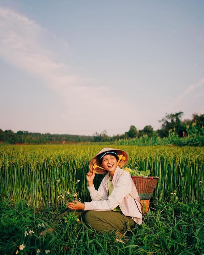 Hình ảnh không tin nổi của hoa hậu H'Hen Niê: Đi tất cũ bẩn, ngồi lê la cực giản dị 2
