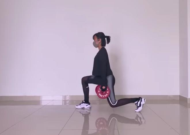 Diệu Nhi tự tập thể dục ở nhà.