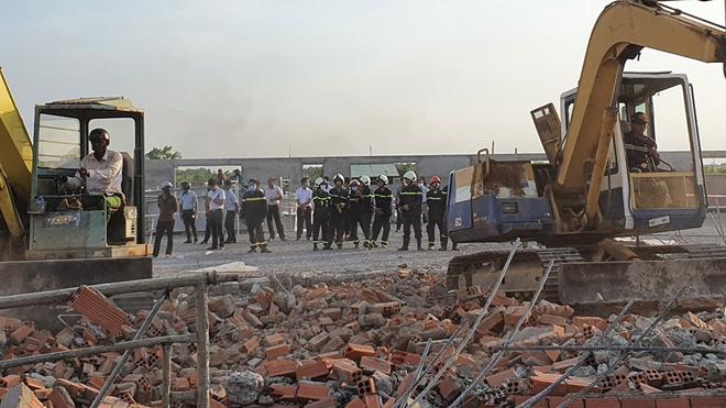 Nhận được tin báo, lực lượng chức năng huy động nhiều máy móc, phương tiện để đào bới, tìm kiếm cứu nạn những nạn nhân bị vùi trong đống đổ nát.