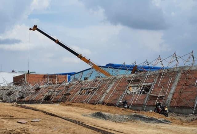Vụ tai nạn xảy ra chiều 14/5 tại Khu công nghiệp Giang Điền, huyện Trảng Bom, tỉnh Đồng Nai. Theo thông tin ban đầu, khoảng 14h20 ngày 14/5, trong lúc các công nhân đang xây dựng bức tường cao thì bất ngờ tường đổ sập, kéo théo dàn giáo đè lên các công nhân.