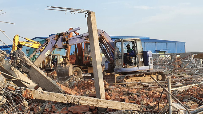 Lãnh đạo Sở Y tế và Công an Đồng Nai cho biết đang tập trung cứu những nạn nhân còn bị kẹt dưới những đống tường đổ nát.