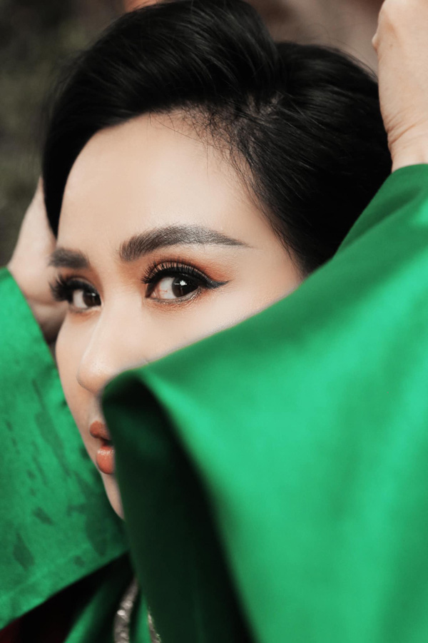 Nữ ca sĩ sinh năm 1969 nổi tiếng với những bài hát như: Giọt nắng bên thềm, Chia tay Hoàng hôn và rất nhiều ca khúc của nhạc sĩ Thuận Yến, Phú Quang, Thanh Tú có một vẻ đẹp sắc cạnh mà vẫn rất đỗi đàn bà.