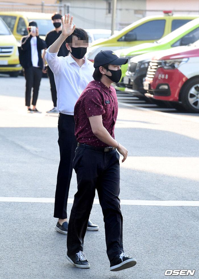 Trong những bức ảnh công khai, nam ngôi sao 32 tuổi mặc trên người bộ đồng phục chỉnh tề, đi giày thể thao, đội nón, đeo khẩu trang và giơ tay chào phóng viên.