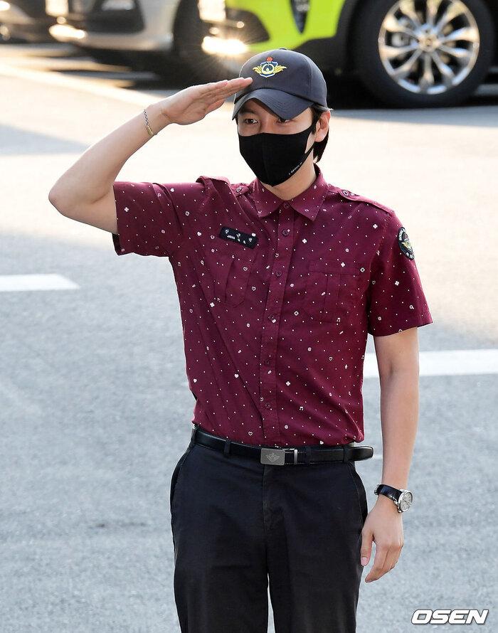 'Hoàng tử châu Á' Jang Geun Suk xuất ngũ, sao 'Quân vương bất diệt' Woo Do Hwan nhập ngũ sớm 8