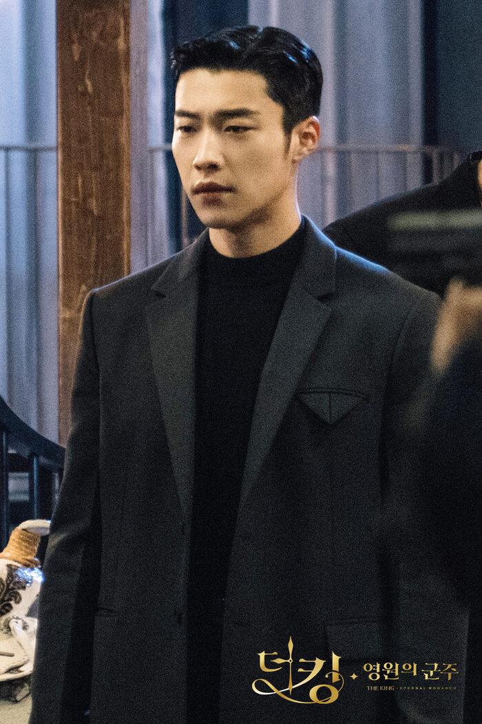 'Hoàng tử châu Á' Jang Geun Suk xuất ngũ, sao 'Quân vương bất diệt' Woo Do Hwan nhập ngũ sớm 12