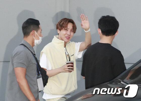 BTS lộ diện sau 5 tháng 'đóng băng' và scandal: Jungkook cúi đầu 90 độ, Suga né tránh camera, V đẹp như tạc tượng 2