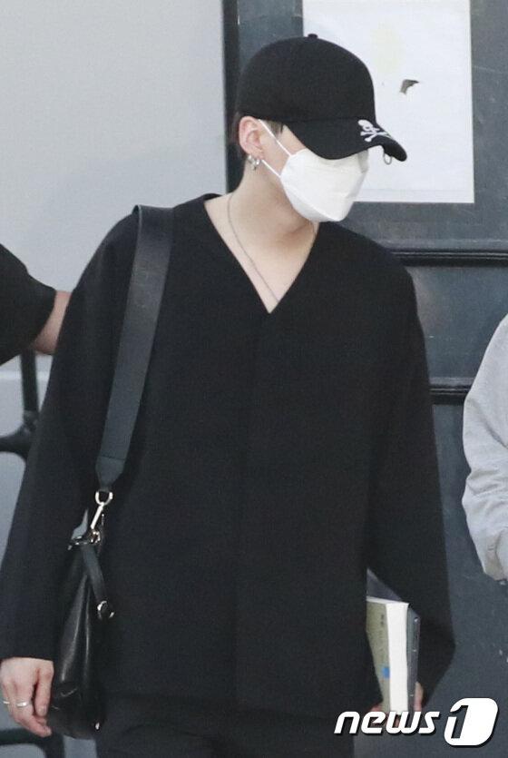 BTS lộ diện sau 5 tháng 'đóng băng' và scandal: Jungkook cúi đầu 90 độ, Suga né tránh camera, V đẹp như tạc tượng 29