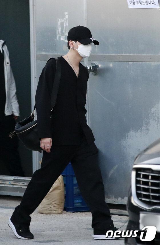 BTS lộ diện sau 5 tháng 'đóng băng' và scandal: Jungkook cúi đầu 90 độ, Suga né tránh camera, V đẹp như tạc tượng 28