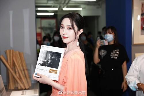 Phạm Băng Băng diện cây hàng hiệu hơn 1,5 tỷ đồng chỉ để dự triển lãm nghệ thuật 3