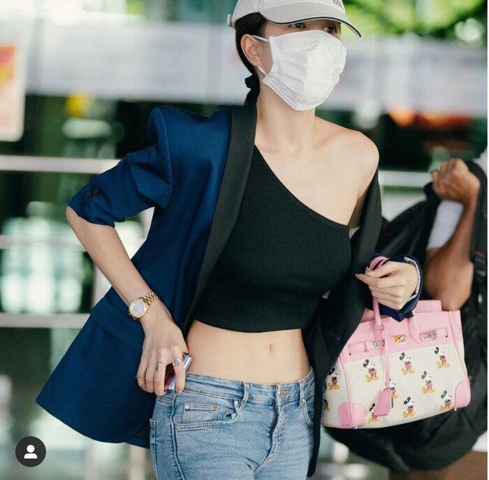 Ngọc Trinh nổi bật với style thời trang sân bay mát mẻ