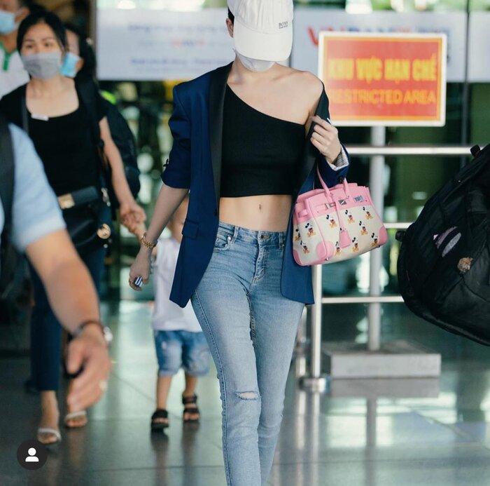 Thời tiết quá nóng và sợ đen da nên cô đã phối blazer mặc ngoài bên trong là kiểu áo croptop mix cùng skinny jeans