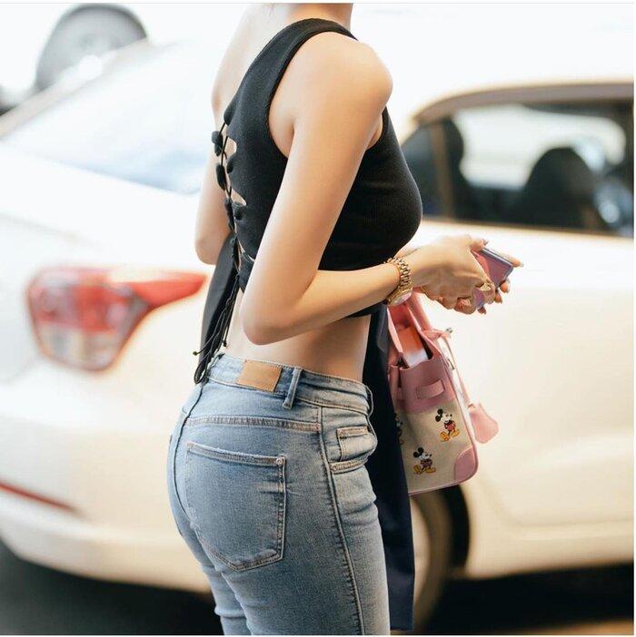 Cận cảnh bờ mông quyến rũ của mỹ nhân Việt trong thiết kế quần jeans ôm