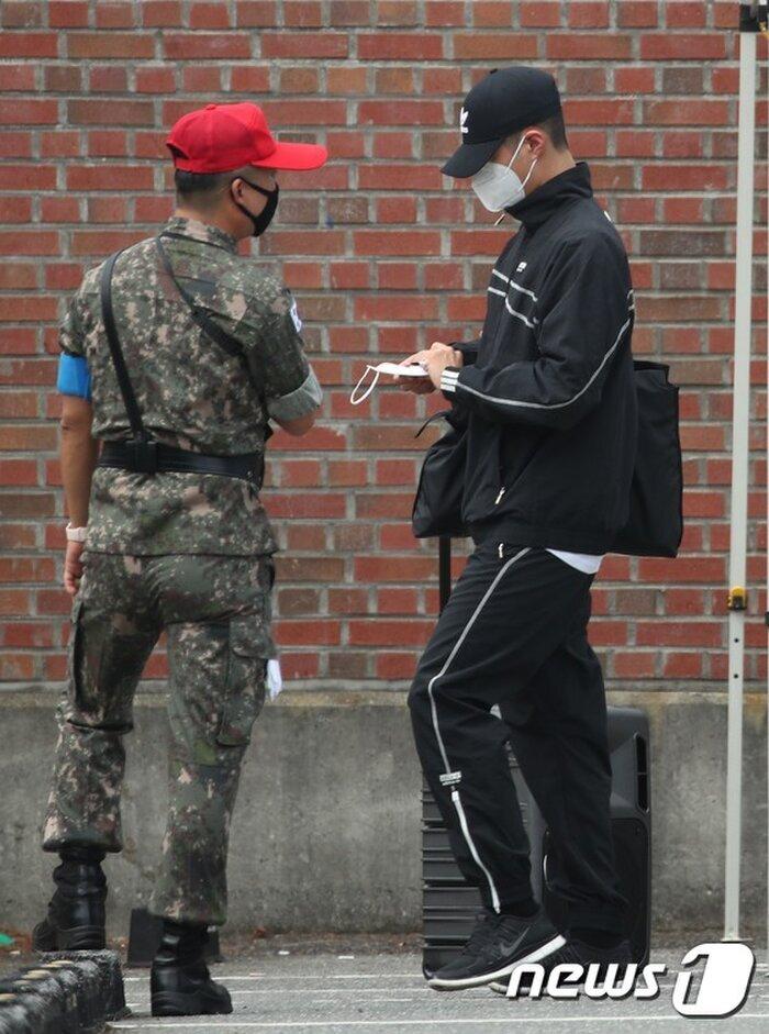 Rò rỉ ảnh trong quân đội của Park Bo Gum: Knet khen đẹp trai mặc kệ lớp khẩu trang! 2