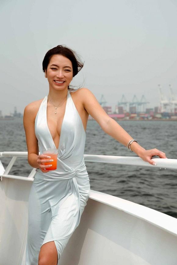 Con gái danh ca Thanh Hà khoe diện lại váy hàng hiệu của mẹ từ 18 năm trước nhưng lại gây bão vì body cực kỳ bốc lửa 2