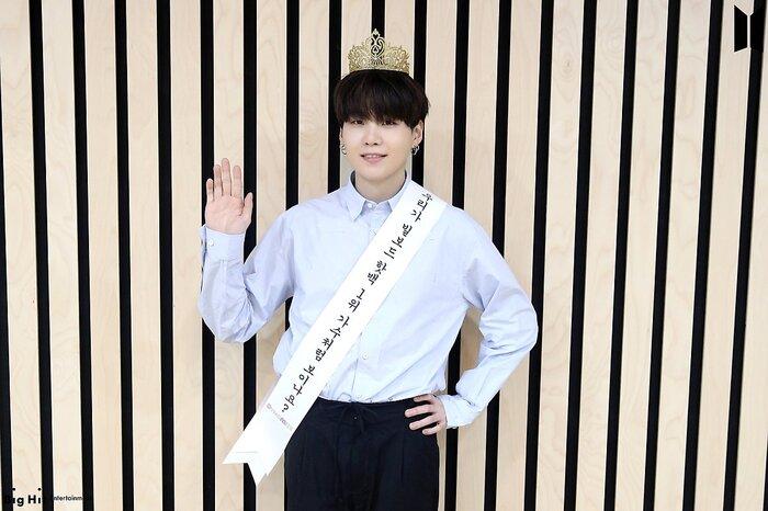 Đúng rồi, Suga chính là ca sĩ đạt no.1 Billboard đây.