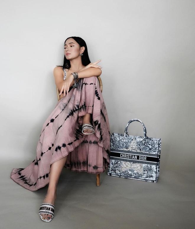 Mặc trên mình chiếc đầm Channel kèm sandal và túi Christian Dior, Châu Bùi vừa khoe khéo vẻ đẹp mong manh, tinh tế lại vừa chứng minh khả năng kết hợp trang phục, phụ kiện đỉnh cao.