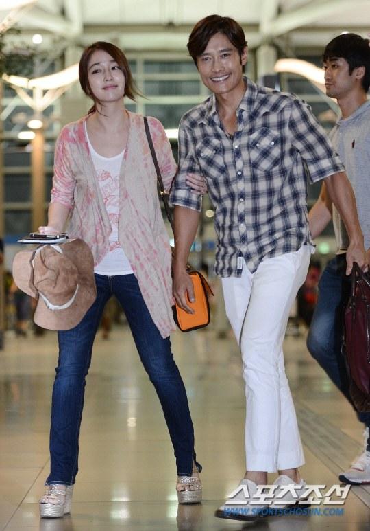 'Tình cũ của Song Hye Kyo' - Lee Byung Hun hạnh phúc đưa bà xã đi du lịch, hôn nhân vẫn nồng ấm sau scandal ngoại tình 2