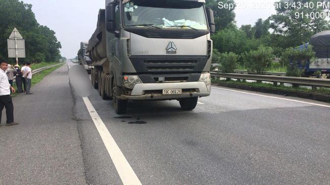 Đúng lúc xe tải này đi qua đâm trúng