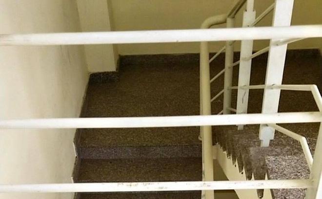 Bé trai 20 tháng tuổi rơi khỏi lan can cầu thang tầng 3 chung cư 0