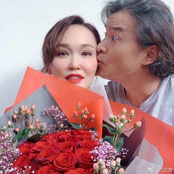 Bất ngờ với diện mạo già nua, râu tóc bạc trắng của 'Dương Quá' Lý Minh Thuận ở tuổi 49, bà xã bằng tuổi lại trẻ trung như gái 30 4