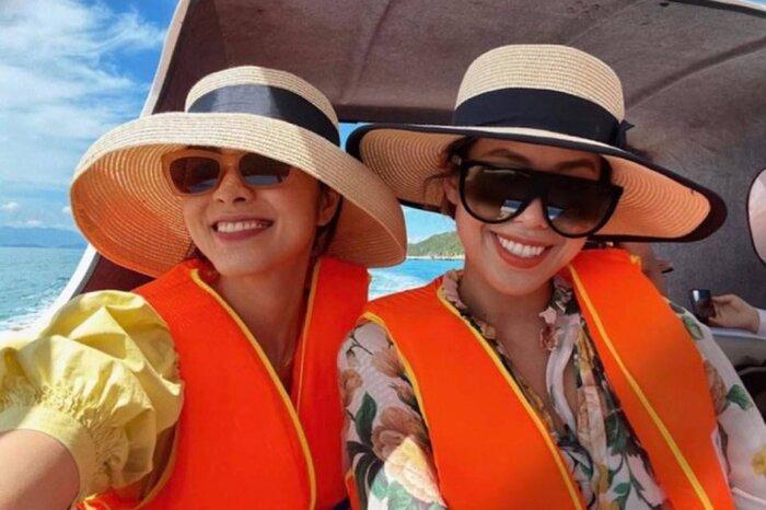 Không chỉ cùng diện đồ sáng màu, đội mũ cói, đeo kính râm để tránh nắng mà nụ cười, thần thái và lối trang điểm của cả hai cũng được nhận xét là hao hao nhau
