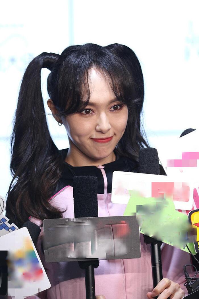 Kiểu tóc buộc hai bên đi cùng kiểu trang điểm nhẹ nhàng không hề giúp Đường Yên 'hack tuổi' mà còn khiến các khuyết điểm trên mặt cô bị lộ hết ra.