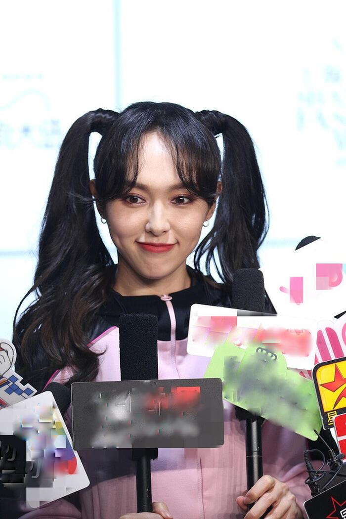 Cận cảnh nhan sắc thật của Đường Yên tại sự kiện, có thể thấy nữ diễn viên lộ nhiều nếp nhăn trên gương mặt