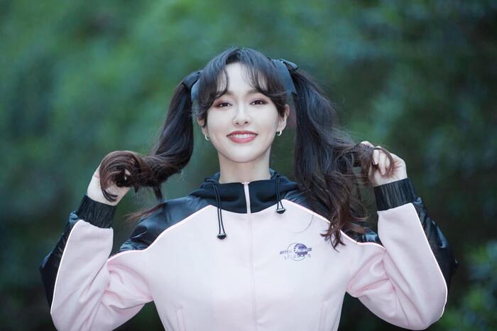 Không chỉ có mỗi hình các blogger đăng tải mà trong những hình ảnh do chính studio của Đường Yên chia sẻ, nữ diễn viên cũng trông không hợp với kiểu tóc buộc hai bên.