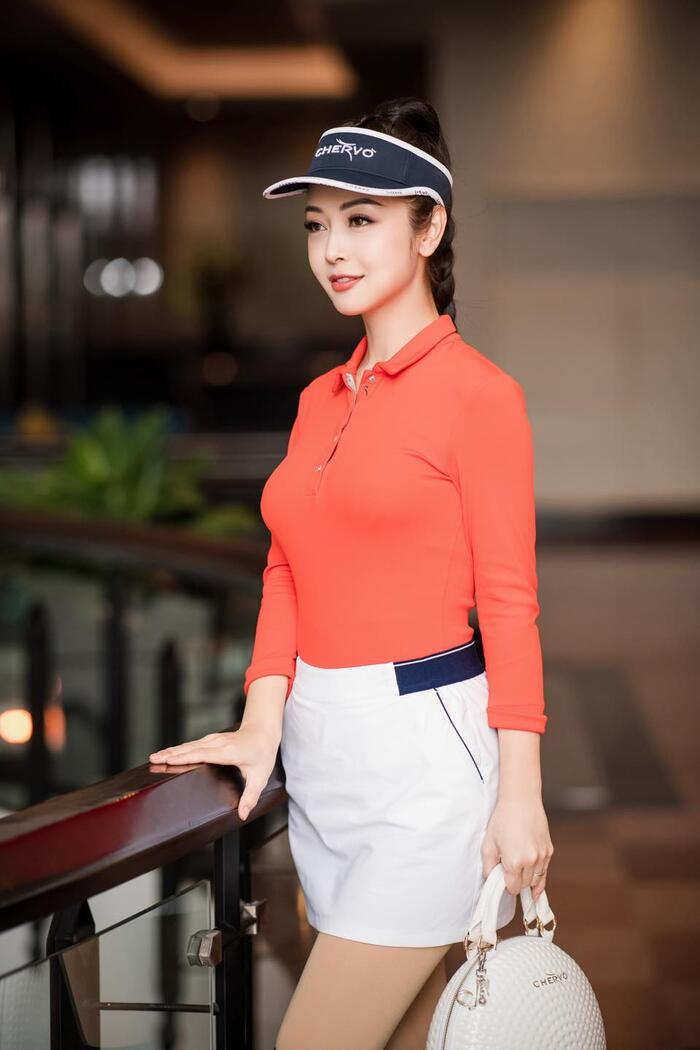 Golf là bộ môn cô yêu thích. Nhờ cô thân hình lý tưởng cô thường chọn trang phục tôn dáng.