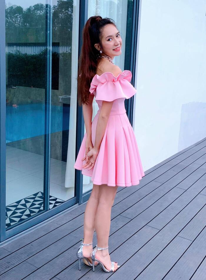 Xuất hiện với chiếc váy hở vai trần màu hồng nữ tính kết hợp với giày cao gót ánh kim, Minh Hà tự tin khoe nhan sắc xinh đẹp, thanh lịch ở tuổi 35. Ngoài trang phục điệu đà, hợp mốt, bà xã Lý Hải còn thu hút mọi ánh nhìn với mái tóc dài được búi cao và trang điểm nhẹ nhành.
