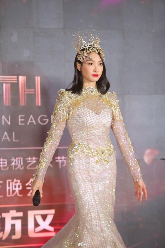Triệu Lộ Tư gây xôn xao khi like bài viết chê bai tạo hình Nữ thần Kim Ưng của Tống Thiến 6