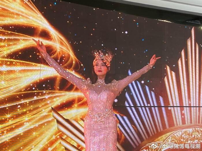 Triệu Lộ Tư gây xôn xao khi like bài viết chê bai tạo hình Nữ thần Kim Ưng của Tống Thiến 7