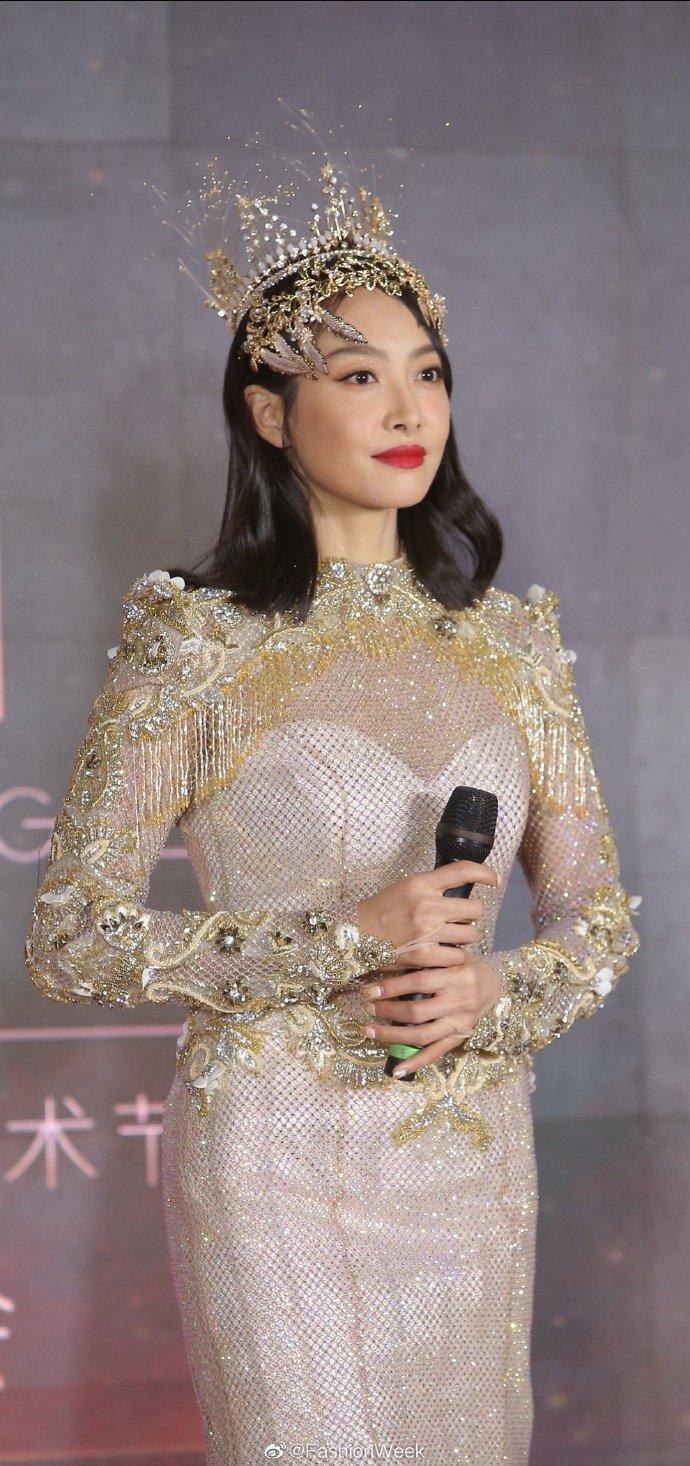 Nhan sắc thật của sao Hoa ngữ trên thảm đỏ Kim Ưng 2020: 'Nữ thần Kim Ưng' gây thất vọng vì thân hình phát tướng, Quan Hiểu Đồng có đẹp như tưởng tượng? 8