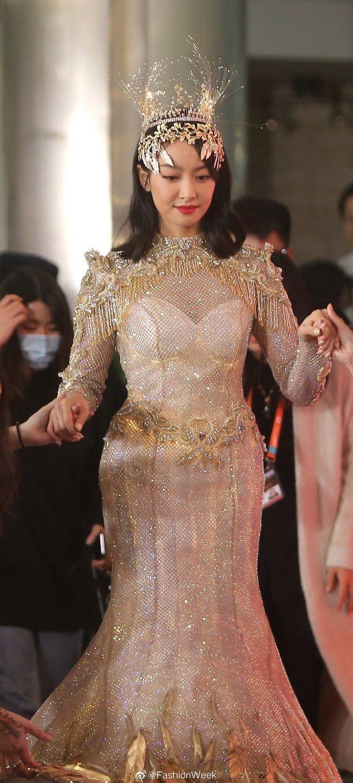Nhan sắc thật của sao Hoa ngữ trên thảm đỏ Kim Ưng 2020: 'Nữ thần Kim Ưng' gây thất vọng vì thân hình phát tướng, Quan Hiểu Đồng có đẹp như tưởng tượng? 9