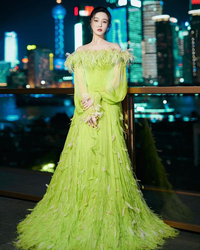 Nữ thần Kim Ưng Tống Thiến cùng chọn thương hiệu váy giống Phạm Băng Băng: Người xinh như tiên tử, người mặc lên nhìn như hàng chợ 0