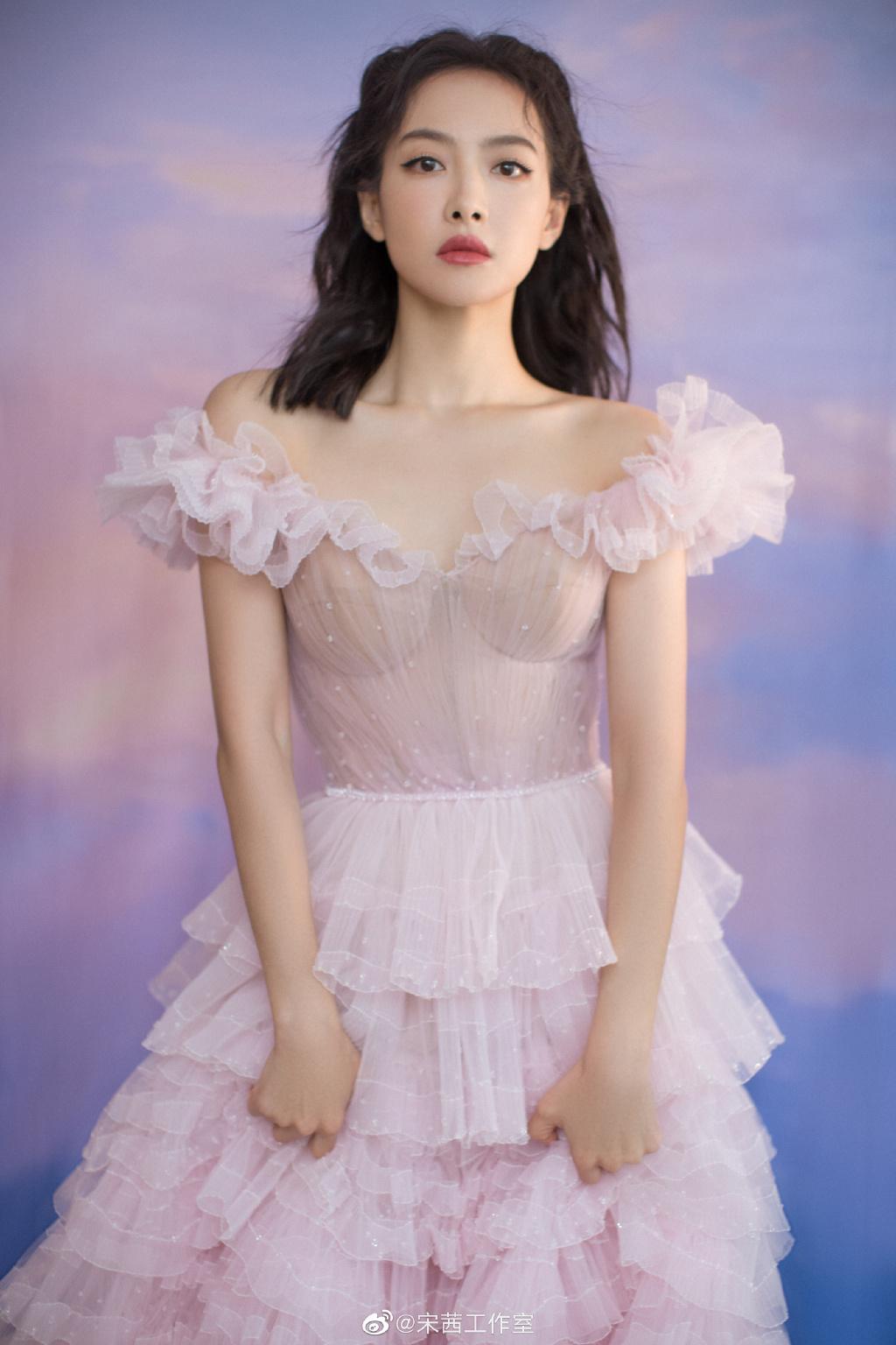 Nữ thần Kim Ưng Tống Thiến cùng chọn thương hiệu váy giống Phạm Băng Băng: Người xinh như tiên tử, người mặc lên nhìn như hàng chợ 9