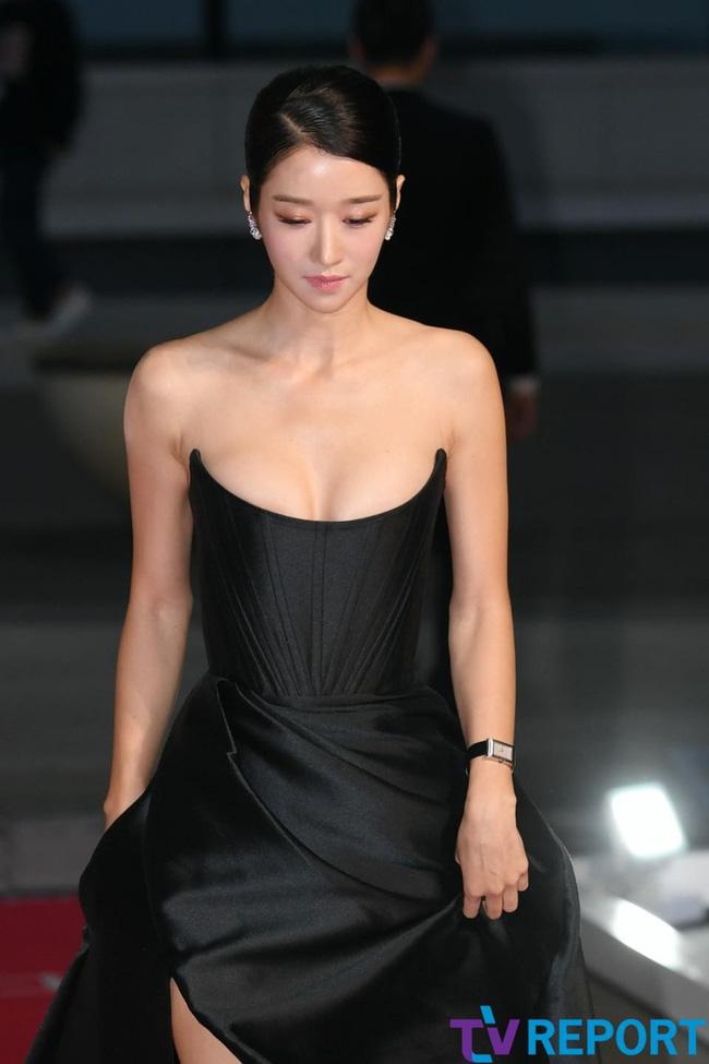 'Điên nữ' Seo Ye Ji gây sốt MXH xứ Hàn vì diện váy táo bạo khoe vòng 1 'ngồn ngộn' như sắp tràn ra ngoài 0