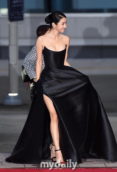 'Điên nữ' Seo Ye Ji gây sốt MXH xứ Hàn vì diện váy táo bạo khoe vòng 1 'ngồn ngộn' như sắp tràn ra ngoài 1