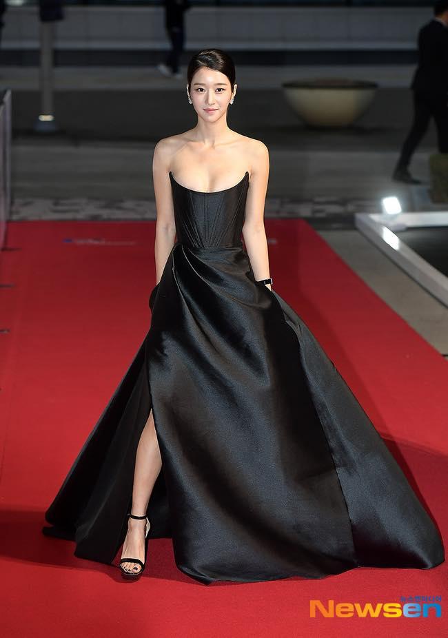 'Điên nữ' Seo Ye Ji gây sốt MXH xứ Hàn vì diện váy táo bạo khoe vòng 1 'ngồn ngộn' như sắp tràn ra ngoài 3
