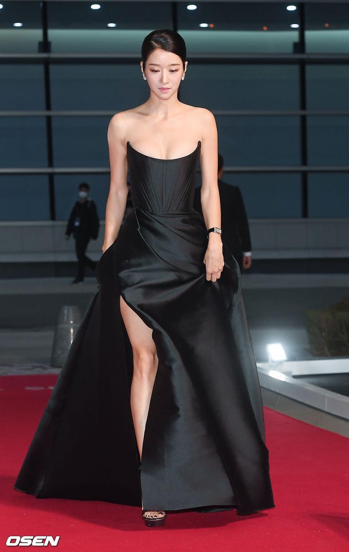 'Điên nữ' Seo Ye Ji gây sốt MXH xứ Hàn vì diện váy táo bạo khoe vòng 1 'ngồn ngộn' như sắp tràn ra ngoài 2