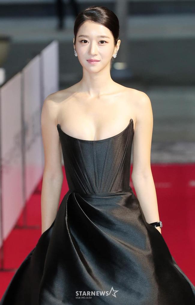 'Điên nữ' Seo Ye Ji gây sốt MXH xứ Hàn vì diện váy táo bạo khoe vòng 1 'ngồn ngộn' như sắp tràn ra ngoài 5