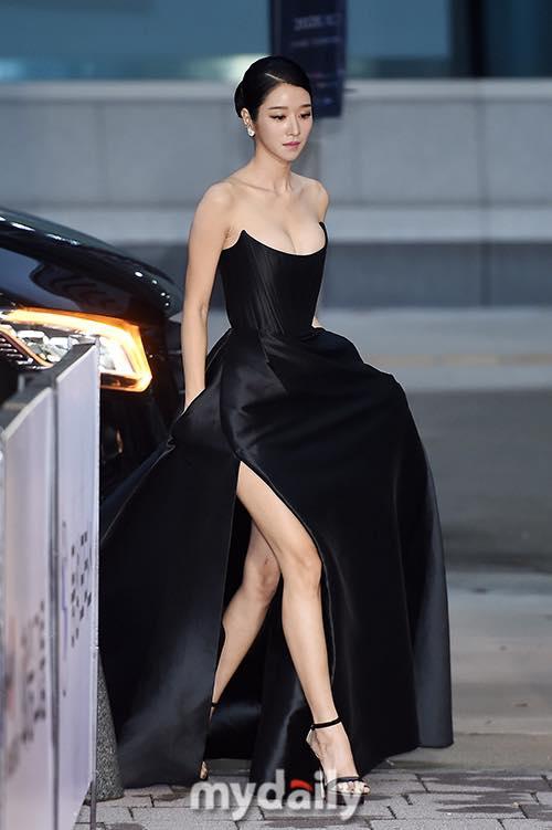 'Điên nữ' Seo Ye Ji gây sốt MXH xứ Hàn vì diện váy táo bạo khoe vòng 1 'ngồn ngộn' như sắp tràn ra ngoài 4
