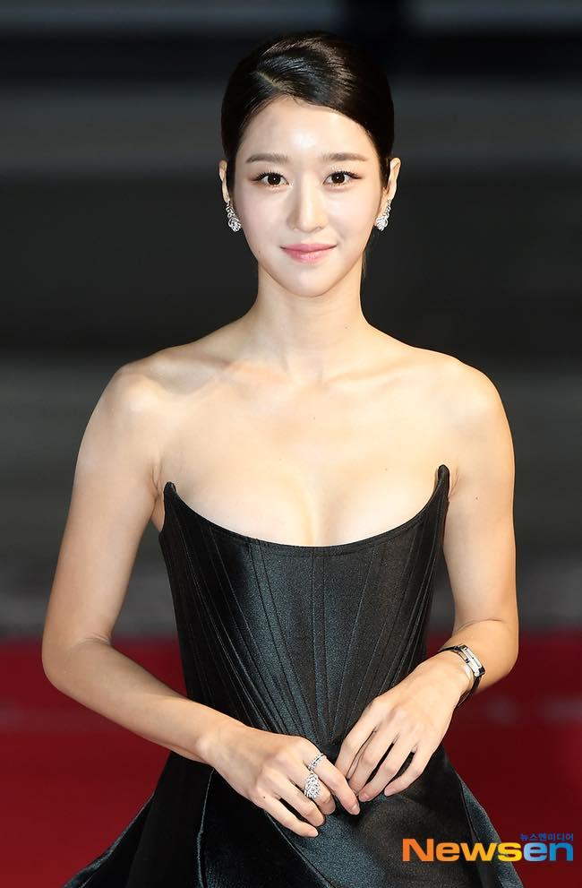 'Điên nữ' Seo Ye Ji gây sốt MXH xứ Hàn vì diện váy táo bạo khoe vòng 1 'ngồn ngộn' như sắp tràn ra ngoài 6