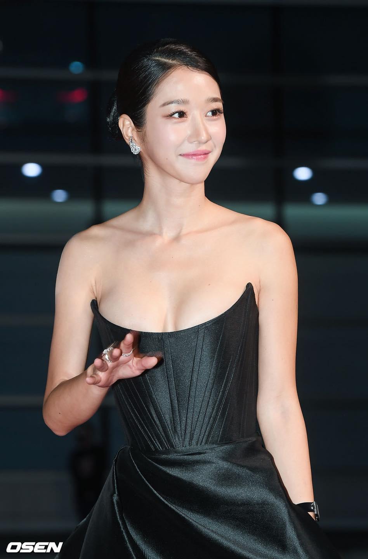 'Điên nữ' Seo Ye Ji gây sốt MXH xứ Hàn vì diện váy táo bạo khoe vòng 1 'ngồn ngộn' như sắp tràn ra ngoài 7
