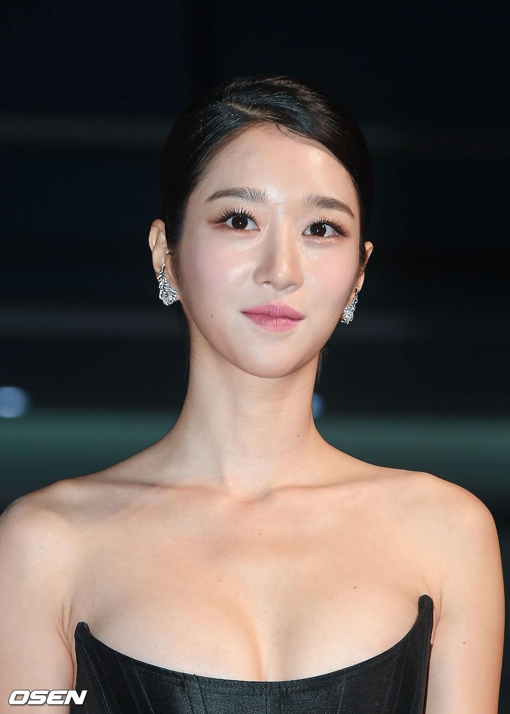 'Điên nữ' Seo Ye Ji gây sốt MXH xứ Hàn vì diện váy táo bạo khoe vòng 1 'ngồn ngộn' như sắp tràn ra ngoài 9