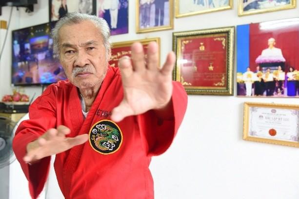 Ông là một võ sư nổi tiếng từng thách đấu với Lý Tiểu Long